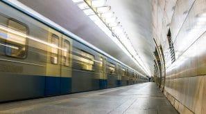 Station de métro avec un rame à pleine vitesse