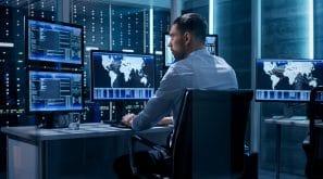 Spécialiste en cybersécurité travaillant sur un ordianteur avec de nombreux moniteurs